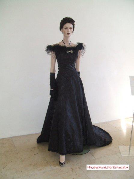 Sissi, Erzsébet Királyné fekete brokát estélyi tollakkal díszített ruhájának másolata.